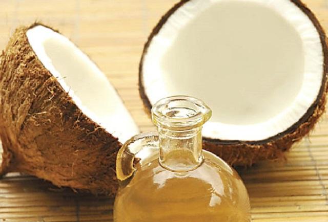 lolio di cocco da tempi antichissimi utilizzato in cucina soprattutto nei paesi a clima caldo temperato come lindonesia lindia la tailandia